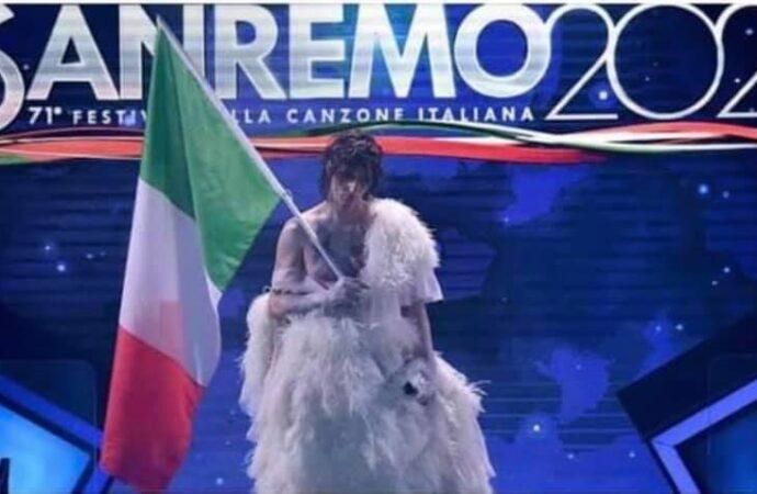 Al Festival della Canzone Italiana va in scena il vilipendio alla bandiera