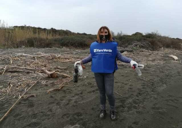"""Trovato anche un water sulla spiaggia di """"Spinicci"""" pulita dai volontari di Fare Verde"""