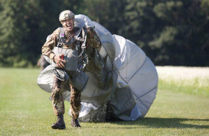 I paracadutisti costretti a rimanere a terra dall'ENAC